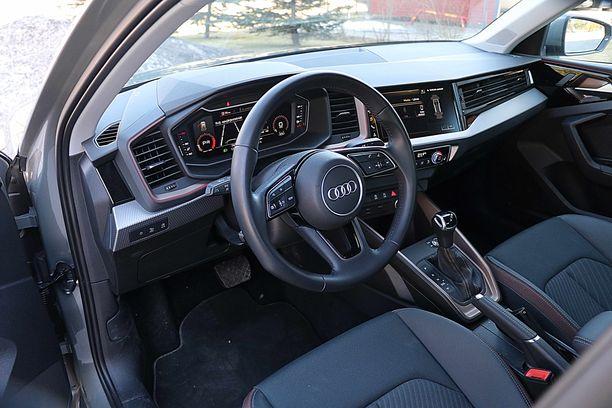 Ohjaamon ilmeeseen on upotettu Audin isoista malleista peräisin olevaa tyyliä.