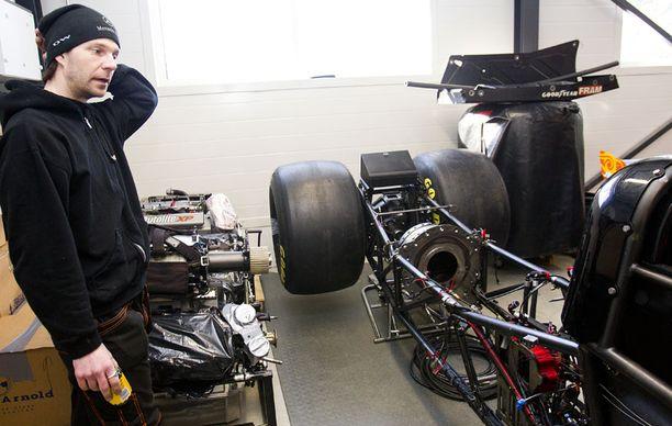 Janne Ahosen auto on yhä osissa tallissa.