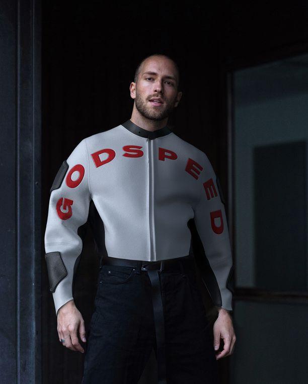 Virtuaalisten vaatteiden avulla saa uuden asukuvan ilman ympäristöhaittoja. Kuvassa huippukuvittaja Jirka Väätäinen.