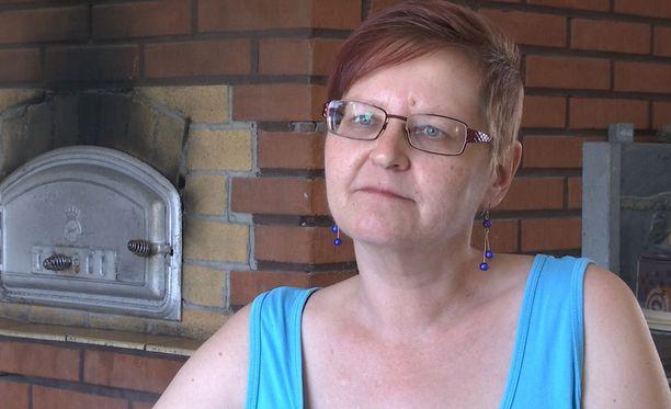 Suomalaiset ovat rahapelaamisen suurkuluttajia. Anitta Piiroinen käytti peleihin lähes 100 000 euroa.
