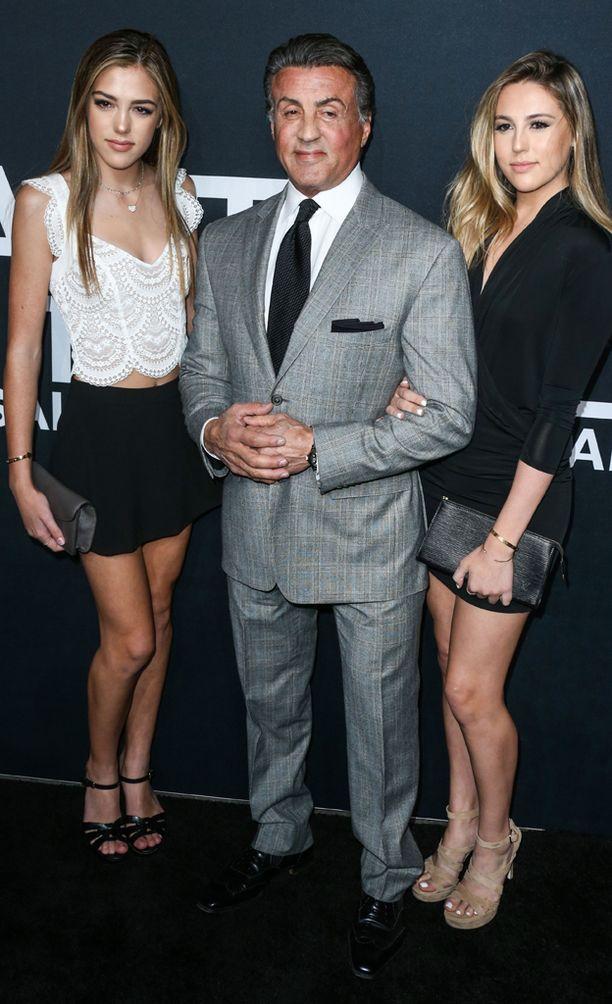 Stallonen poseerasi tyttäriensä Sistinen ja Sophian kanssa.