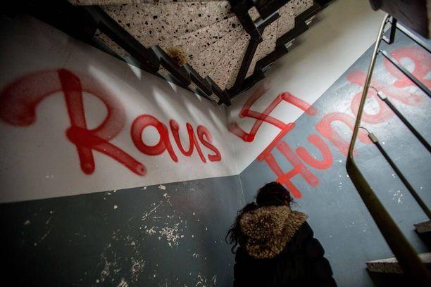 """Lokakuussa pakolaisten asuntolan rappukäytävän seinille kirjoitettiin sanat """"ulos"""" ja """"koirat"""" läntisen Saksan Waltropissa."""