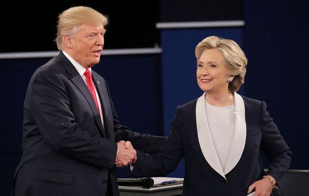 Ehdokkaat kättelivät väittelyn päätyttyä, vaikka he eivät tehneet niin väittelyn aluksi.