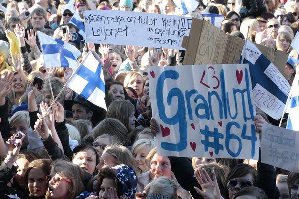"""""""MIKKE"""" Oulun kaupungintorin juhlissa ei ollut epäselvää kuka on yleisön suosikki numero yksi."""