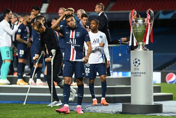 Kylian Mbappé riisui pettyneenä hopeamitalin kaulastaan Mestarien liigan finaalin jälkeen.
