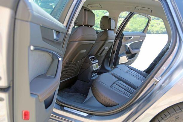 Auto on edeltäjänsä kokoinen ja myös takatilat ovat yhä väljät.