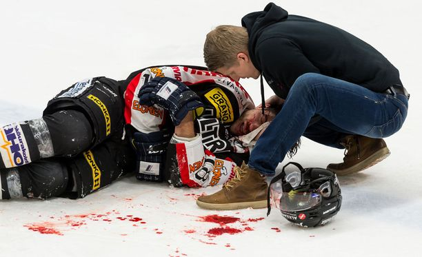 Michel Miklík loukkaantui päähän osuneesta taklauksesta perjantaina.