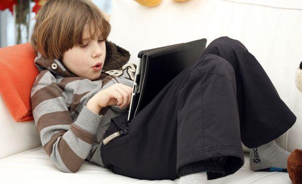 Tuoreen väitöstutkimuksen mukaan lapset kokevat, ettei aikuisten tarjoama tuki nettimaailmassa liikkumiseen ole riittävää.