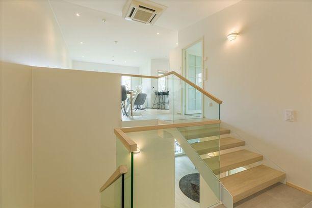 Lasikaiteet portaissa on trendikäs valinta.