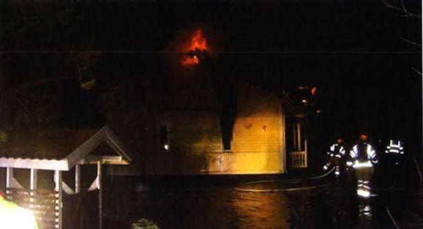 Ensimmäisenä paikalle tullut poliisipartio otti kuvan talosta, kun pelastuslaitos oli jo sammuttanut tietokonehuoneessa olleen palon.