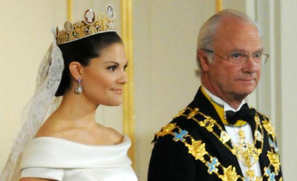 Kuningas saattoi tyttärensä Danielin viereen.