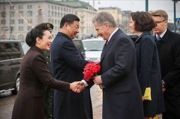 Xi Jinpingin ja rouva Peng Liyuanin otettiin vastaan Presidentinlinnan edustalla. Tervehtiessään vieraita presidentti Sauli Niinistö ojensi rouva Pengille tummanpunaisen kukkakimpun.