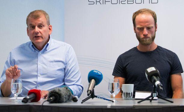 Norjan hiihtoliiton puheenjohtaja Erik Röste puhui keskiviikkona Oslossa Martin Johnsrud Sundbyn käryn takia järjestetyssä tiedotustilaisuudessa.