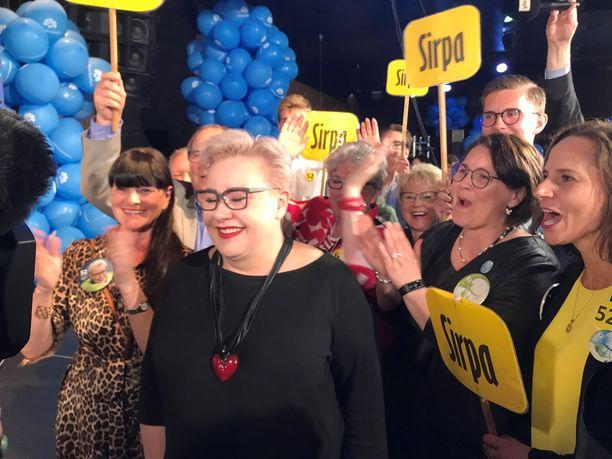 Sirpa Pietikäisellä riitti onnittelijoita vaalivalvojaisissa.