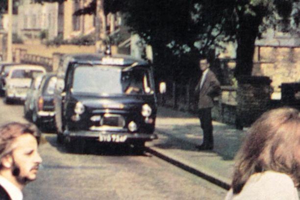 """Paul Cole seisoskeli poliisiauton vieressä eikä hänellä ollut aavistustakaan siitä, ketä kadulla kuvattavat """"ankat"""" ovat."""