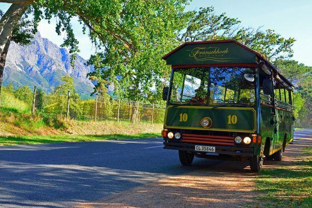 Liityntäbussit kuljettavat kiertomatkailaisia niille tiloille, joilla kiskot eivät kulje.