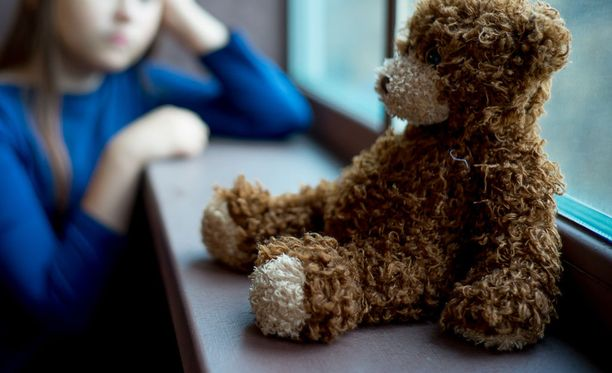 Perhe ei uskalla valittaa lapsen seksuaalisen hyväksikäytön kärsimyskorvaussummasta taloudellisen riskin vuoksi. Kuvituskuva.