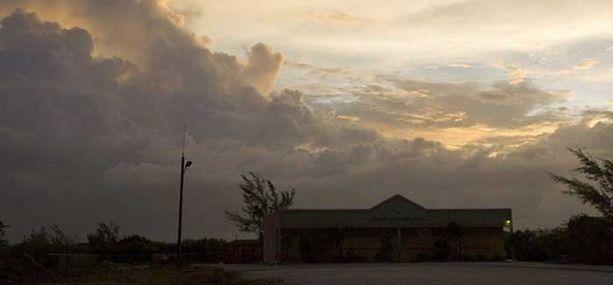 Uhkaavat pilvet kertovat lähestyvästä myrskystä Karibianmerellä.