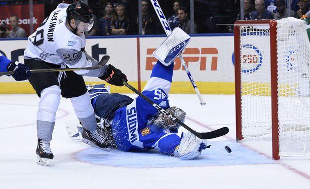 Tämä kuva toistui liian usein. Pohjois-Amerikan nuorten pelaaja yksin Suomen maalin edessä. Suomi hävisi 1-4.