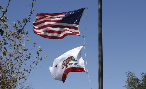 Liput liehuivat puolitangossa Venturan poliisiaseman edustalla Thousand Oaksissa Kaliforniassa.