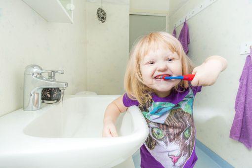 Suun- ja hampaiston terveyteen vaikuttavat elämäntavat omaksutaan usein jo lapsuudessa.