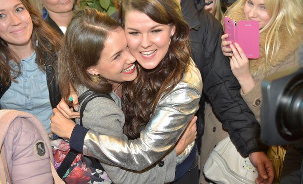 Talent Suomi -kilpailusta tuttu Sari Aalto onnitteli serkkuaan lentokentällä.