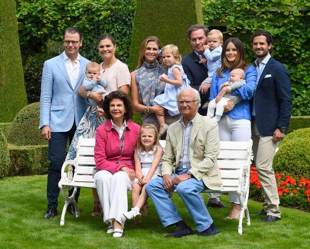 Hovin kesäkuvassa poseeraa koko konkkaronkka, vasemmalta oikealle prinssi Daniel, prinssi Oscar, kruununprinsessa Victoria, kuningatar Silvia, prinsessa Madeleine, prinsessa Estelle, prinsessa Leonore, kuningas Kaarle Kustaa, herra Chris O'Neill, prinssi Nicolas, prinsessa Sofia, prinssi Alexander ja prinssi Carl Philip.
