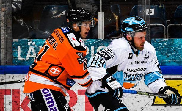 Antti Tyrväinen (oikealla) ei kauaa malttanut pelata liigaa ilman kohuja.