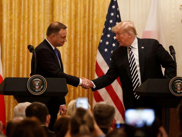 Puolan ja USA:n presidentit paiskasivat kättä Vakoisessa talossa.