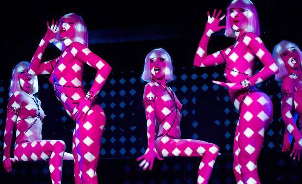 Louboutinin show oli yhdistelmä rohkeita naisia...