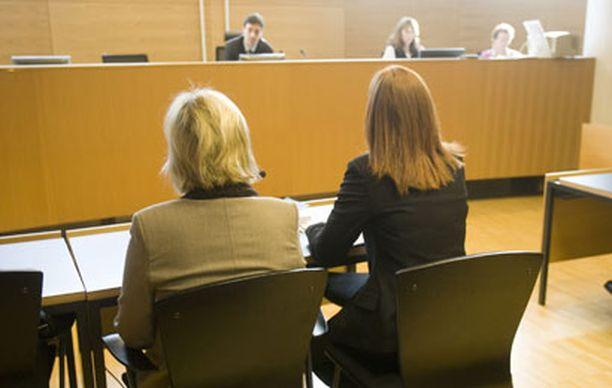 Myrkytyksistä epäiltyä hoitajaa (vas.) syytettiin myös potilaittensa omaisuuden varastamisesta.