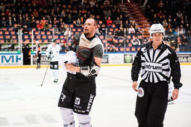 Jonne Virtanen vaihtoi TPS-nutun Tuton treenipaitaan.