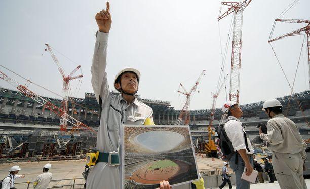 Yukio Komatsu selitti stadionin katon rakentamisen vaiheita.