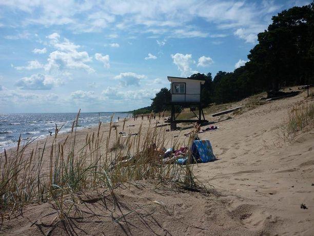 Kauksin kilometrin pituisella hiekkarannalla on dyynejä.
