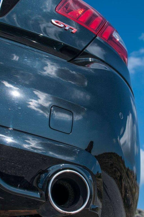 Peugeot 308 GTi eroaa melko vähän tavallisesta versiosta. Muutama eroavaisuus on punaisella kirjoitettu Peugeot-nimi etumaskissa, 19-tuumaiset hiilikuituvanteet ja punaiset etujarrusatulat sekä puskurin alle sijoitetut kaksi etuspoileria.