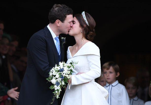 Ensimmäinen suudelma sai prinsessan ja Brooksbankin hymyilemään. Kaksikko intoutui suutelemaan portailla kahteen otteeseen.