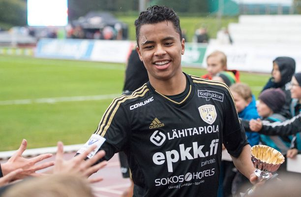 Allan Souza loisti SJK:n paidassa lainapestillään.