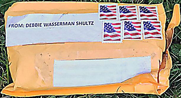 """FBI:n julkaiseman tiedotteen mukaan kirjeet olivat samanlaisia ja niihin oli merkitty lähettäjäksi """"DEBBIE WASSERMAN SHULTZ""""."""