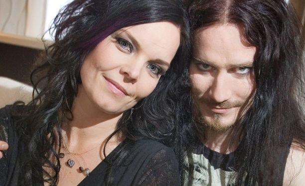 Anette Olzon siirtyi Nightwishin solistiksi Tarja Turusen jälkeen. Vieressä kosketinsoittaja Tuomas Holopainen.