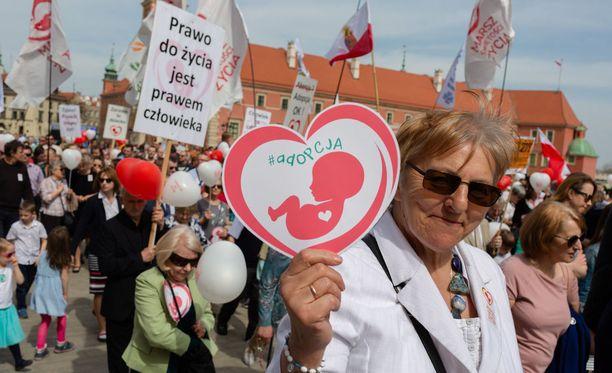 Puolassa osoitettiin mieltä abortin vastustamiseksi.