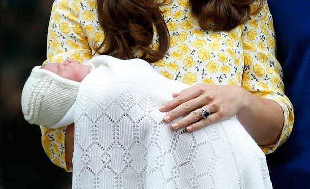 Kuka ikinä sitoikaan Iruleo-merkin myssyn prinsessan päähän, hän teki sen väärin. Tai sitten Charlotten halutaan olevan uraauurtava pukeutuja jo pienestä pitäen.