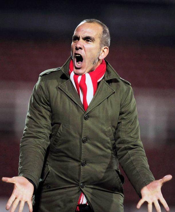 Paolo Di Canio tuo tunnetta Valon stadionin vaihtopenkille.
