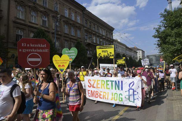"""Budapestin Pride-kulkueeseen osallistuneet ihmiset kantoivat muun muassa """"rakkaus on ihmisoikeus""""- banderolleja."""