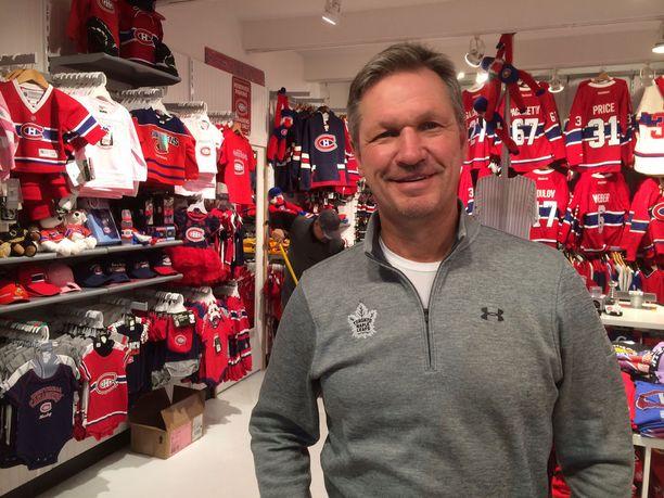 Ari Vuori vieraili Iltalehden valokuvausta varten Toronton paidassa joukkueen verivihollisen Montreal Canadiensin fanituotekaupassa.