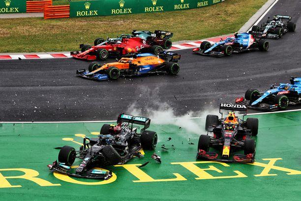 Valtteri Bottas aiheutti ainakin Lando Norrisin ja Checo Perezin keskeytykset. Max Verstappenin auto kärsi pahat vauriot.