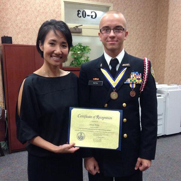Arthur Samarin kuului koulunsa reserviupseeriohjelmaan. Paikallinen poliitikko Parry Kim palkitsi hänet akateemisista suorituksista.