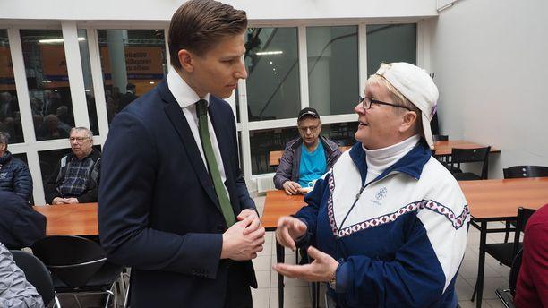 Oikeusministeri Antti Häkkänen keskusteli Seinäjoella muun muassa ilmajokelaisen Eila Rintamäen kanssa, joka oli huolissaan aktiivimallista ja lomautuksista.