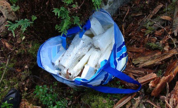Rikostutkija kuvasi muovikassin, jossa oli kilokaupalla epäiltyä huumausainetta.