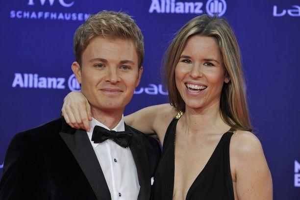 Nico Rosberg ja Vivian Rosberg maaliskuussa 2016. Vivian on suorittanut akateemisen loppututkinnon. Hän työskentelee sisustusarkkitehtina ja suunnittelee työkseen luksuskoteja.