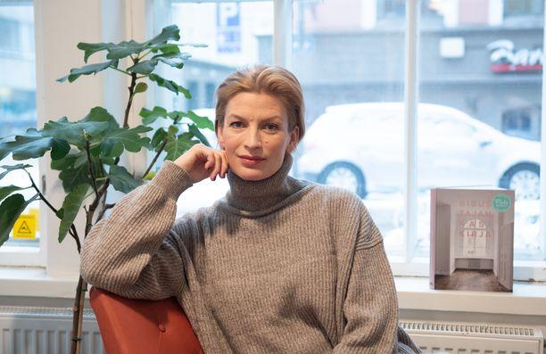 Niina Kurkinen-Nyholm ei olisi koskaan kuvitellut pystyvänsä sopeutumaan etäsuhteeseen. Nyt se on täysin luontevaa. Hänen aviomiehensä asuu Tanskassa ja Niina koti on Helsingissä.